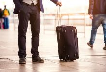 biznesmen z walizką
